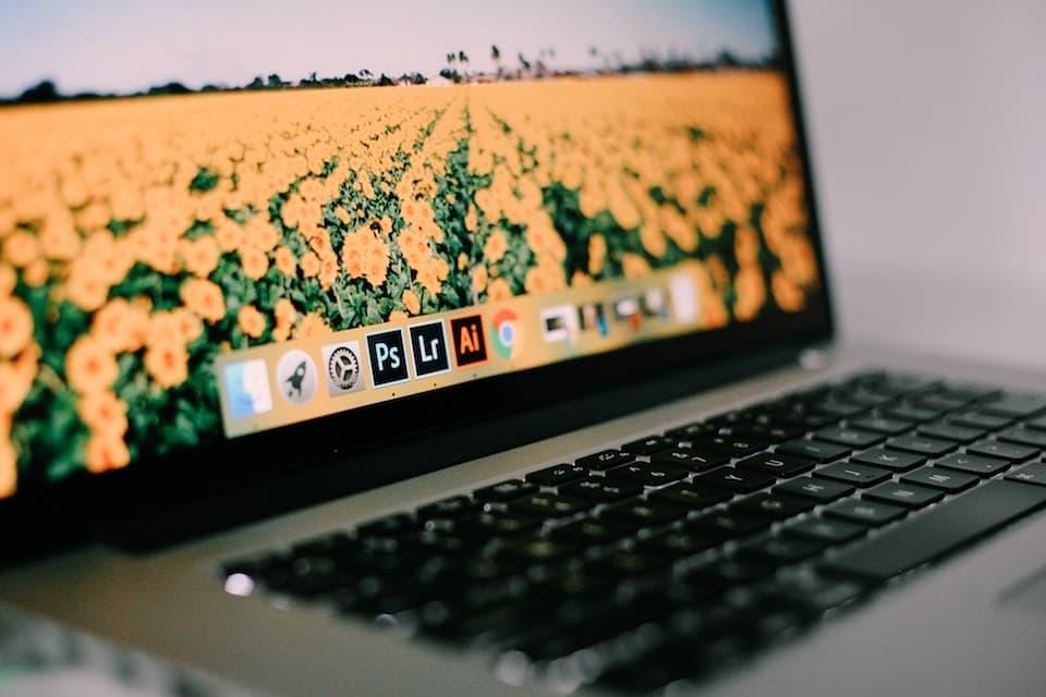 デザイナーのデスクとMacBook Pro
