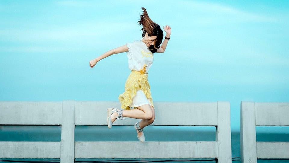 女子が嬉しくてジャンプしている